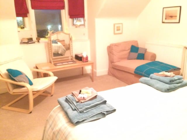 Spacious double bedded room. - Crieff - Bed & Breakfast
