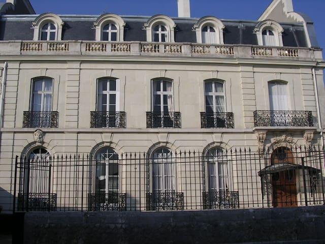 Grande chambre dans hôtel particulier - Saumur