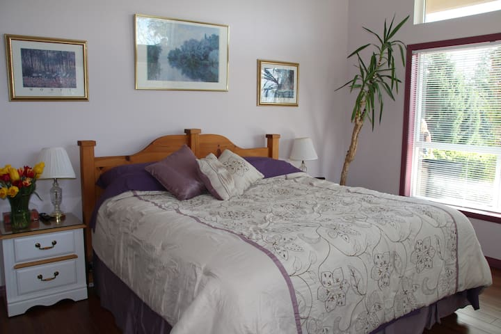 Your king sized bed in Lavender Rm. - Sechelt - Bed & Breakfast