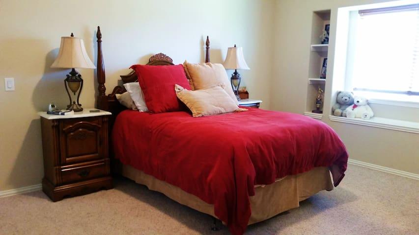 Spacious Red Bedroom - Mansfield - Huis