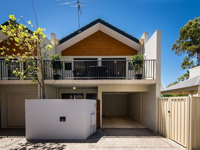 Modern townhouse centrally located - Crawley - Townhouse