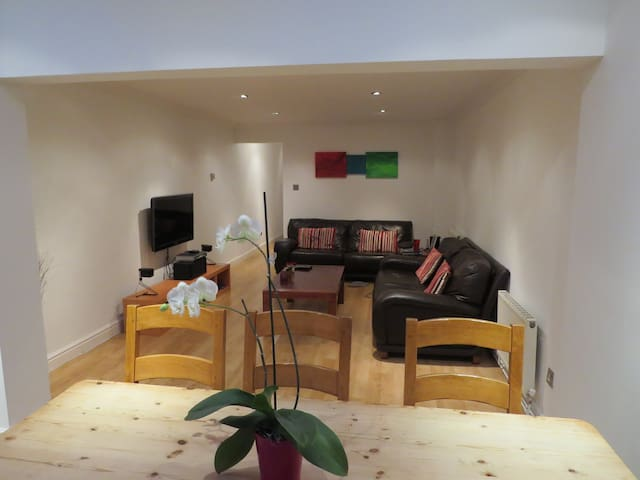 A beautiful house with sunny patio - Bracknell - Huis