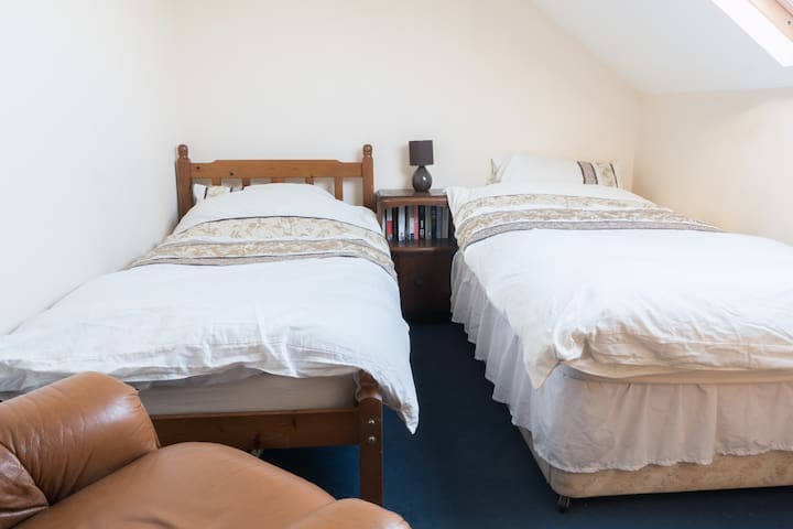 Attic room in country cottage - Torworth - 家庭式旅館