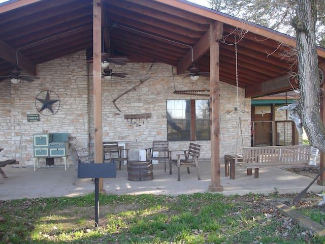 Texas working cattle ranch-sleeps 12 - La Grange - Casa