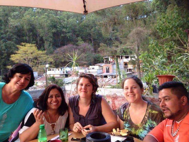HABITACION CON BANO PRIVADO EN UN ENTORNO FAMILIAR - Antigua Guatemala - Huis