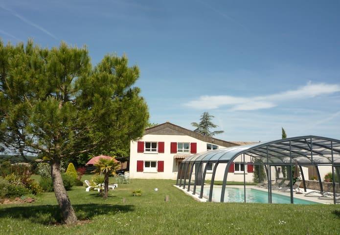 Gîte spacieux avec piscine privée et chauffée - Beaumont-du-Périgord - Hus