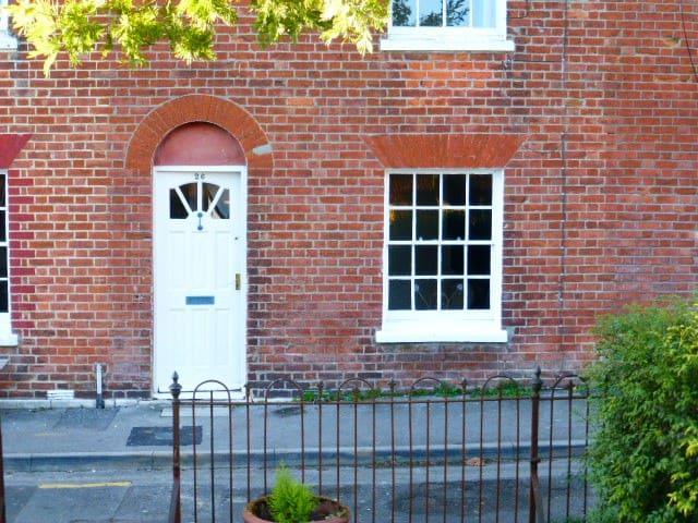 Bright double room close to Bridport town centre - Bridport - Casa