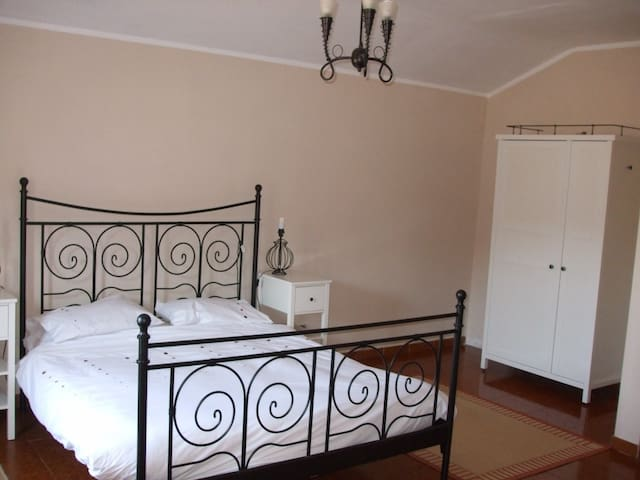 Double bedroom with en-suite, views over vineyards - Robini - Talo