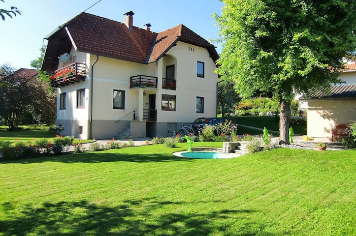 Charming Villa close to Lake - Krumpendorf am Wörthersee - Ev