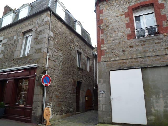 Gîte les Marguerites,confortable 9P 2 étoiles - Villedieu-les-Poêles - Hus