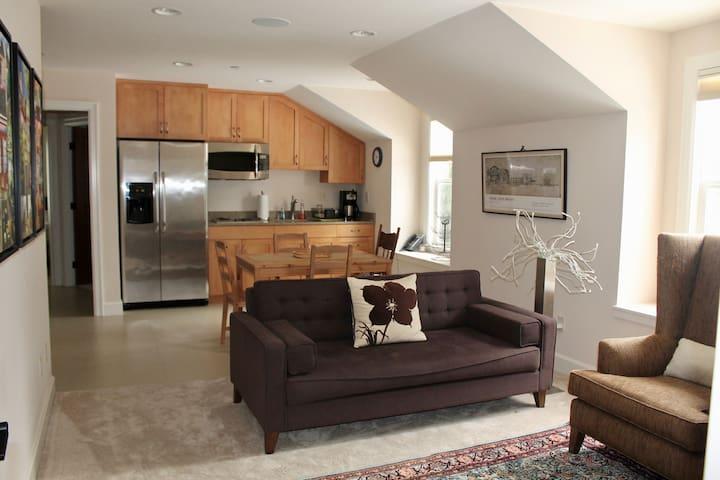 Modern 2 bdrm apartment ideally secluded on MI - マーサーアイランド
