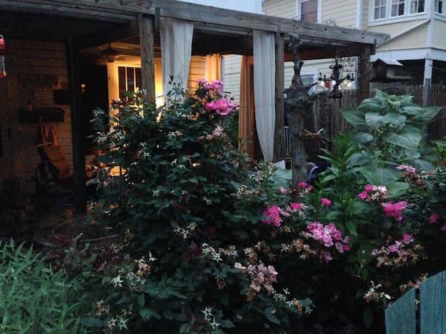 Comfy, earthy, garden cottage - 斯湯頓(Staunton)