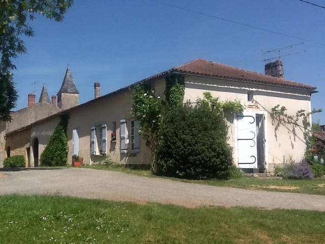 Cosy rustic house in 13c village - Montcabrier