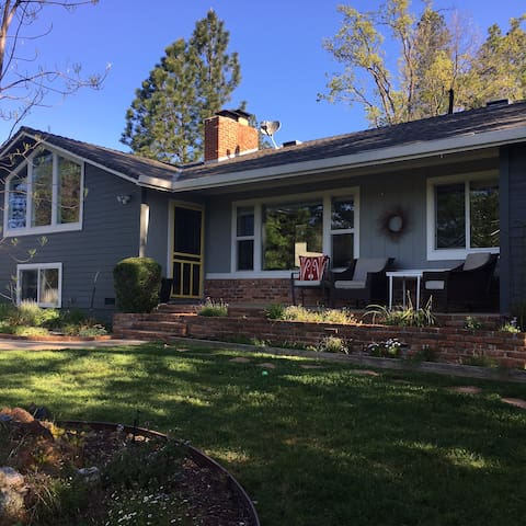 Spacious, Modern, In-Town Charmer - Placerville - Hus