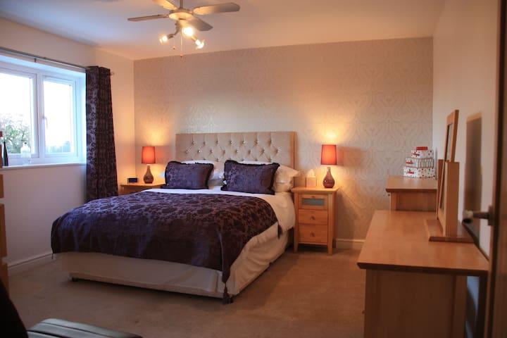 King sized modern bedroom, Falkirk - Whixall