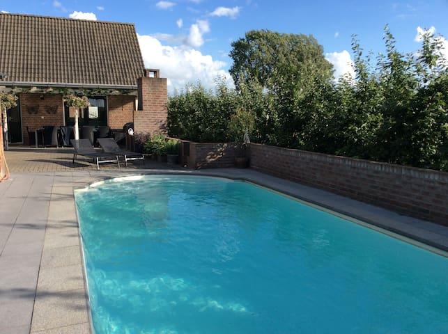 Mooie Cottage met zwembad in Park Lingezenen - Bemmel - Kulübe