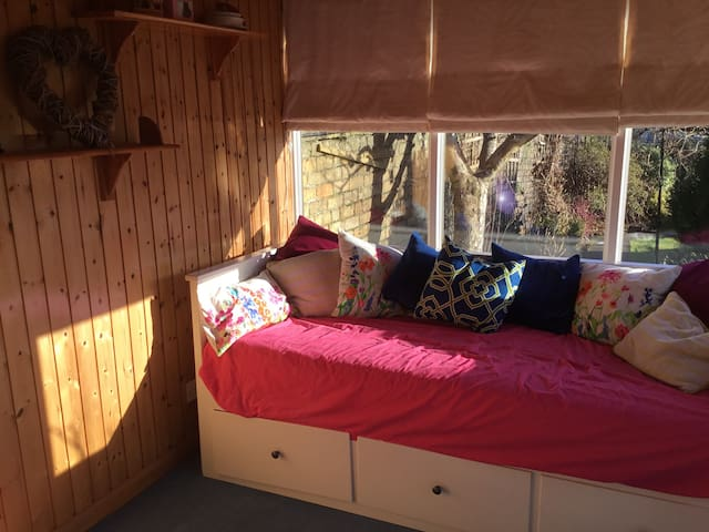 Double bed in sunny garden room - Kilmarnock - Huis