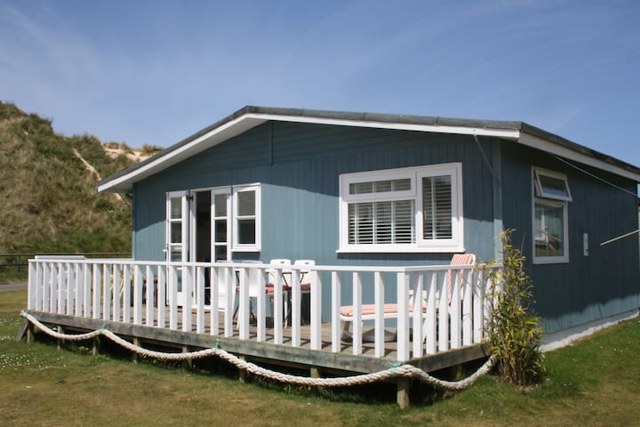 Traditional wooden beach chalet - 콘월(Cornwall)