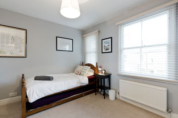 Private 1BD in terrace house w private bathroom. - High Wycombe - Casa