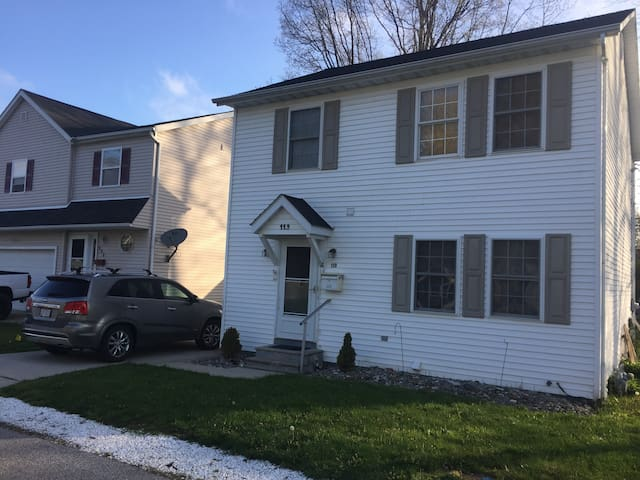 Spacious colonial near Willoughby/Downtown CLE - Lakeline - Huis