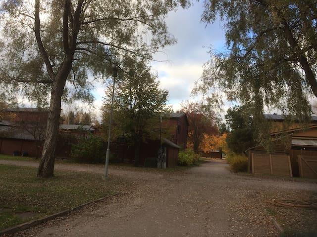 Viihtyisä rivitaloasunto, oma kaunis piha - Järvenpää - Apartamento
