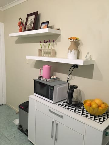Beautiful fully furnished bedroom - Clayton South - Huis