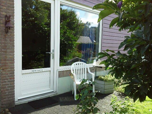 Kamer met eenpersoonsbed, eigen ingang en terras - Dwingeloo - Lägenhet