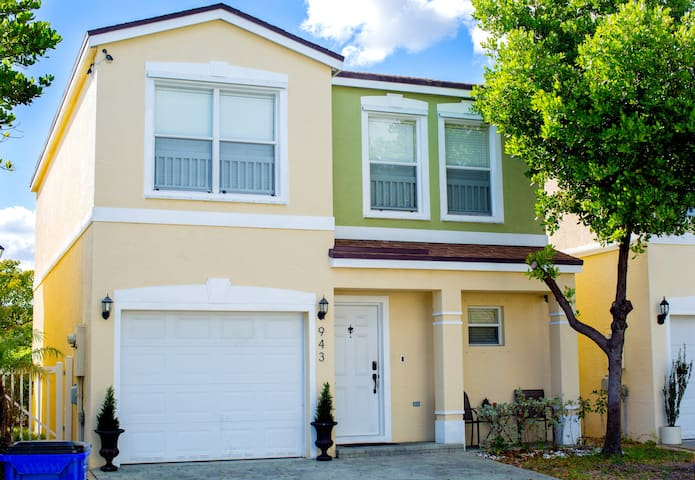Modern & comfortable home close to everything! - Deerfield Beach - Ev