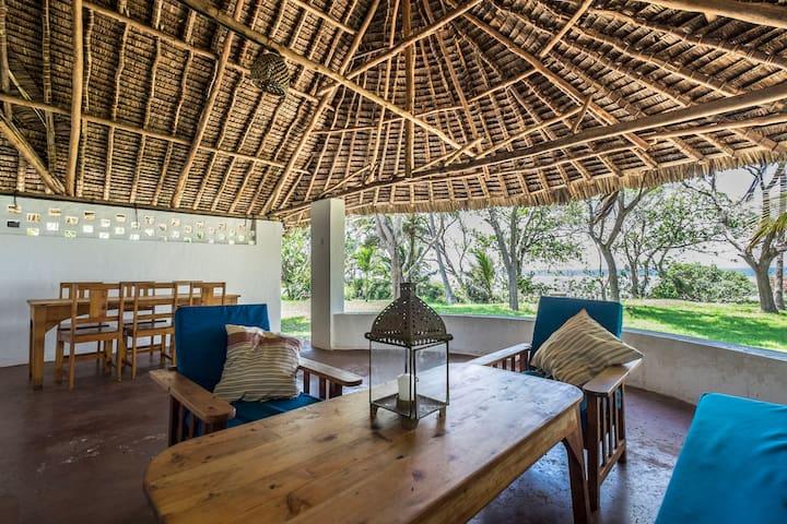 Fabulous, generously sized beachside family home - Tiwi - House