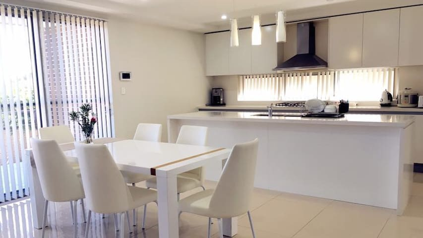 Master (Private Bath) Close to Airport and City - Arncliffe - Huis