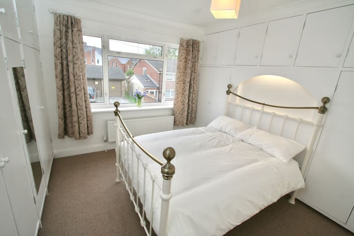 Large bright double room in clean friendly house. - Reading