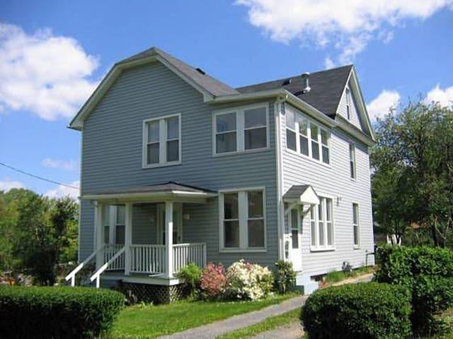 Country Home Near Main St. & Trail - Frostburg - Casa