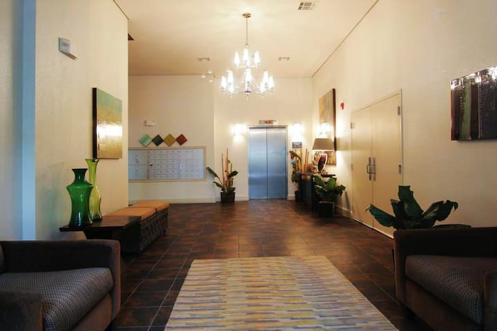 Condo Walkable; - 2BR, 2.5BA/Pool; 3 mile Downtown - ヒューストン - アパート