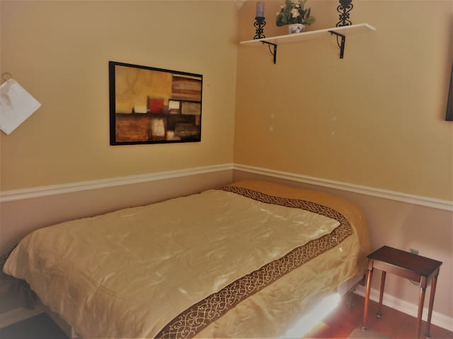Downstairs Bedroom in Beautiful Home - West Sacramento - Bed & Breakfast