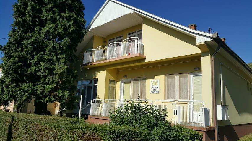 Yellow House - Zalakaros - Casa de huéspedes