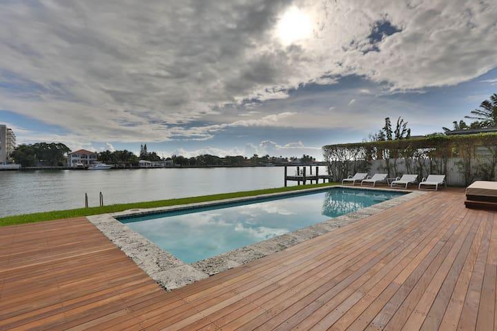 Luxury Modern Waterfront Home Near Beach - ノースベイビレッジ (North Bay Village) - 一軒家