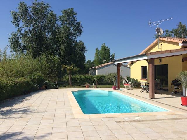 Agréable dépendance avec piscine posée sur un golf - Fiac - Huis