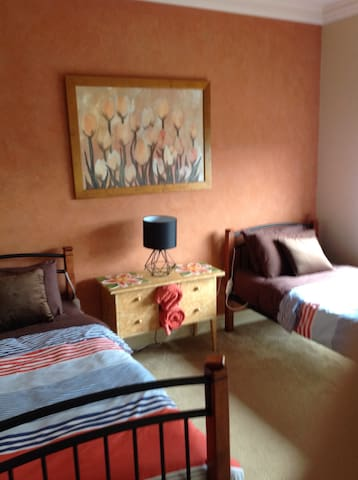 On a Farm ( The Burnt Orange Room) - Melton South - Bed & Breakfast