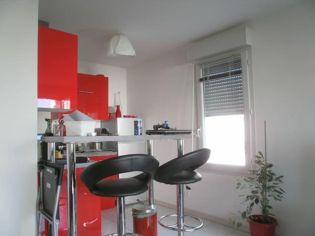 Appartement t2 40m2 + terrasse et parking - Meyzieu - Apartamento