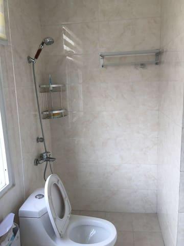 舒适宁静的两层洋房里面的单间,跟宾馆无差别,带独立卫生间。 - 扬州市 - Villa