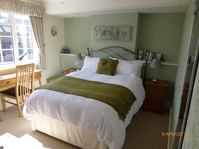 Comfortable Accomodation, stairs to private Annexe - Newbury - Casa