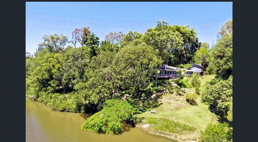 Private riverfront house amongst the trees - Lawnton - Casa