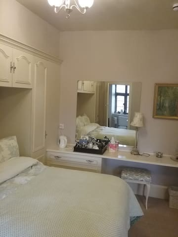 Period home with parking. Close to train station. - Rhyl - Bed & Breakfast