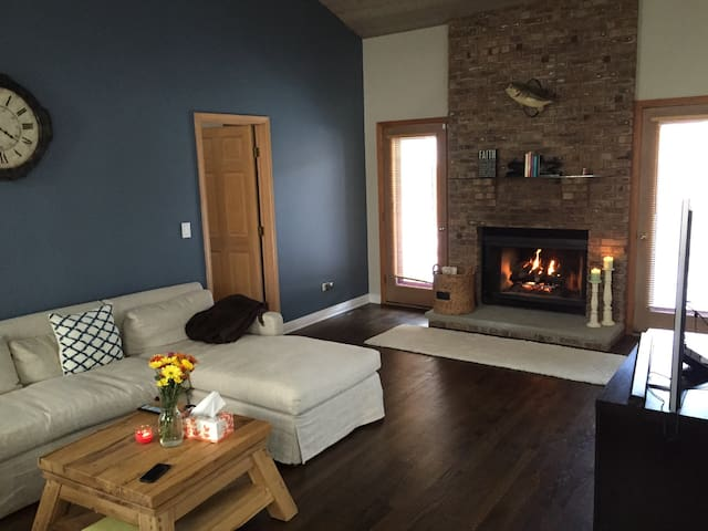 Sunny & clean home with private full bath - Libertyville - Hus