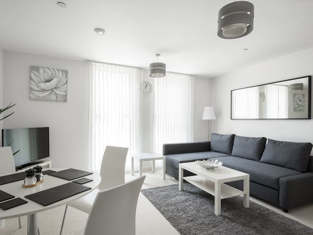 Town Centre Apartment - Highly Specified + Parking - Bedford - Apartamento