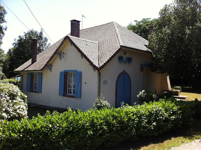 Chateau Gate House and Pool in Private Garden - Mont - Huis