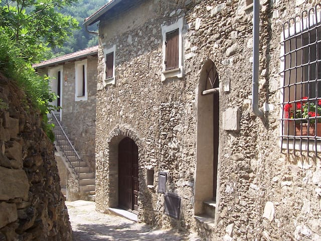 Medieval country house on the Italian Riviera - Castelvecchio di Rocca Barbena