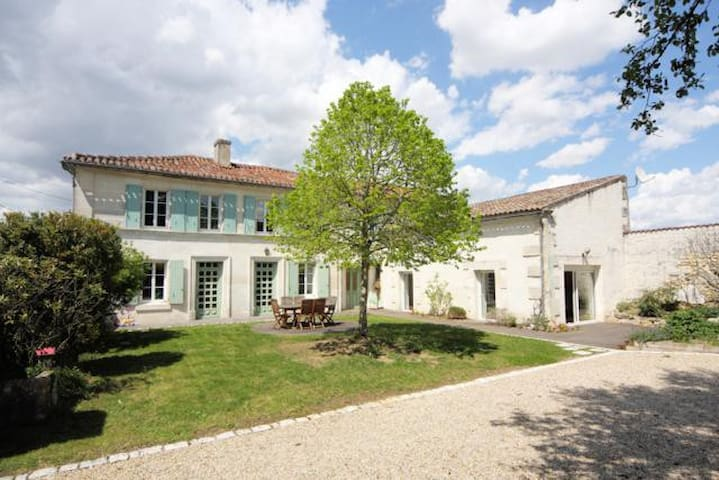 Charentaise house near Chateauneuf - Champmillon