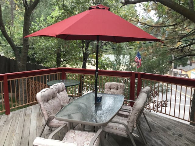 THE COZY TREEHOUSE AT LAKE GREGORY - Crestline - Ξυλόσπιτο