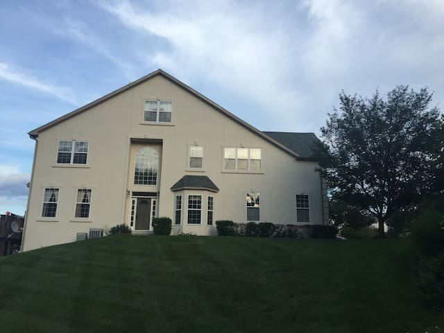 Beautiful townhouse in a gated community - Lansdale - Ev